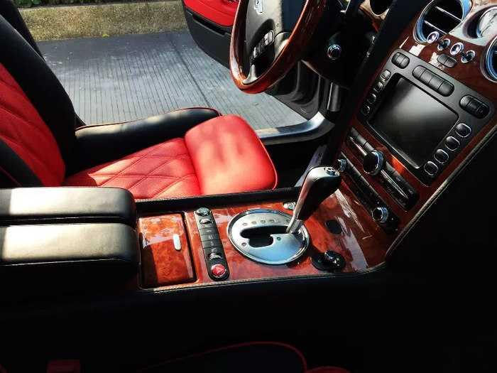 08款宾利飞驰6.0t白色黑红内饰 四座